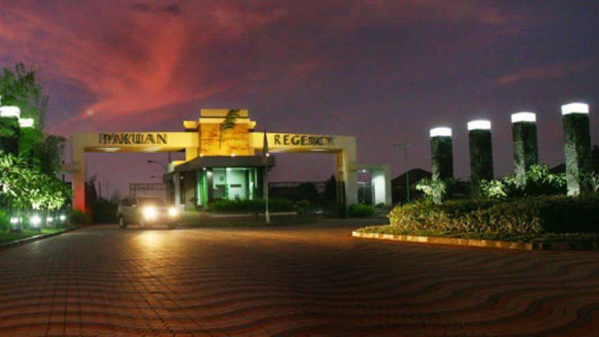 pakuan-regency-bogor_www.exporumah.com_banner-gerbang-utama-malam-hari